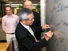 Wiley-VCHでの根岸教授(後列左からDr. Threlfall、Angewandte Chemie編集長Peter Gölitz)